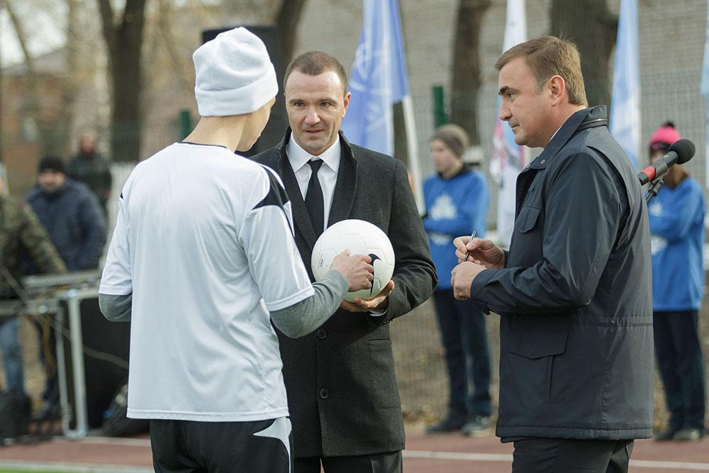 Алексей Дюмин и Антон Сихарулидзе оставили свои автографы на футбольном мяче.